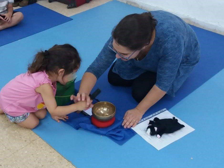 נועה נוריאל בשיעור יוגה לילדים