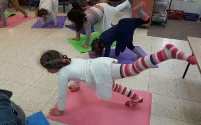 ילדים עושים יוגה